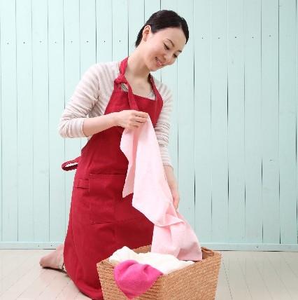 洗濯している女性